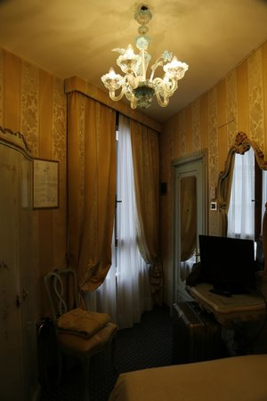 Villa Igea: Single room n.701. In the picture the room looks small, but enough to open a big suitcase.