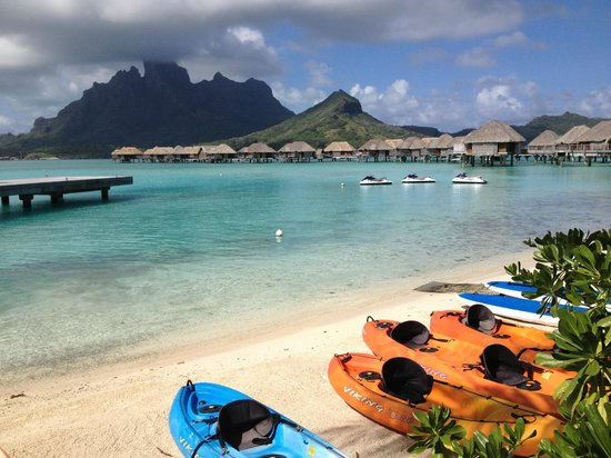 Four Seasons Resort Bora-Bora : Canoes