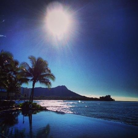Sheraton Waikiki: view to Diamond Head from Infinity Pool