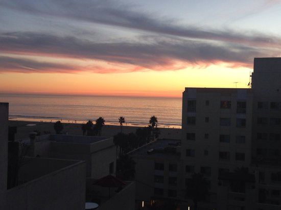 JW Marriott Santa Monica Le Merigot: Our beautiful Southern California sunset from 6th floor balcony room