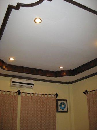 Namsok Hotel: High trey ceilings