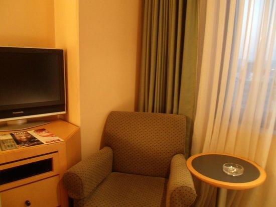hotel AGORA osaka moriguchi: 荷物を広げる場所は何とかあります