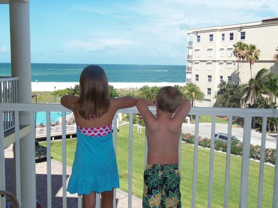 Sunset Vistas Beachfront Suites: Kids ready to go to the pool