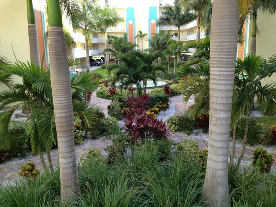 Sunset Vistas Beachfront Suites: Pretty grounds