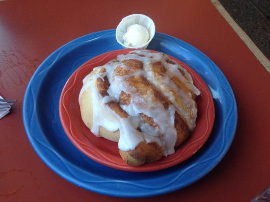 Bent Street Deli & Cafe: Cinnamomnomnom roll