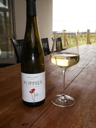 Poppies Martinborough: A nice glass of Pinot Gris looking out to the vineyard