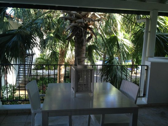 Floris Suite Hotel - Spa & Beach Club : Large private balcony.