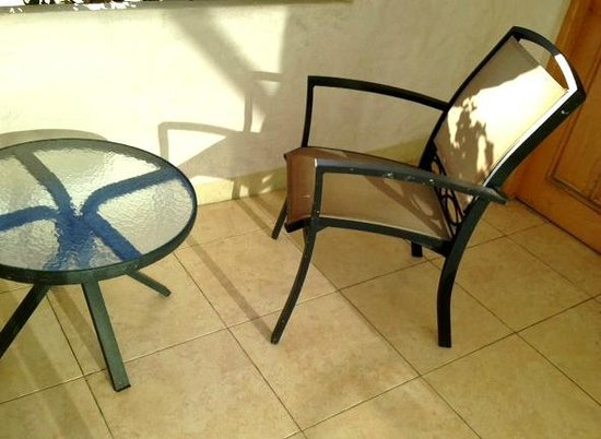 Tesoro Los Cabos: Furniture on the balcony-stained and rusted