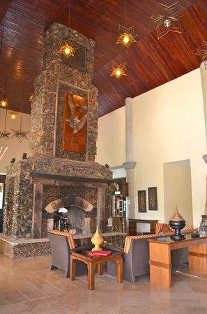 Katiliya Mountain Resort & Spa: Fireplace in lobby
