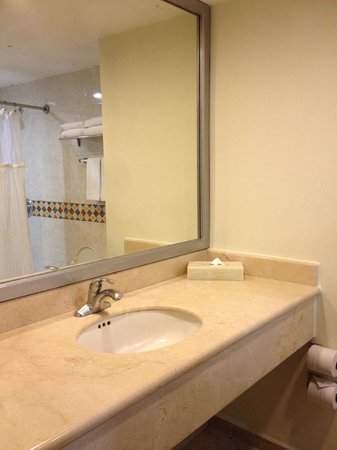 Adhara Hacienda Cancun: Bathroom was spotless and up-to-date