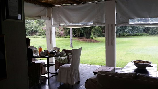Broadlands Country House: Breakfast on the patio