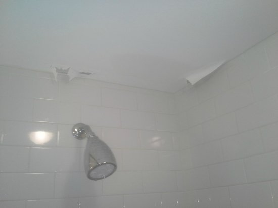 Four Points by Sheraton Philadelphia City Center: Bathroom ceiling damage