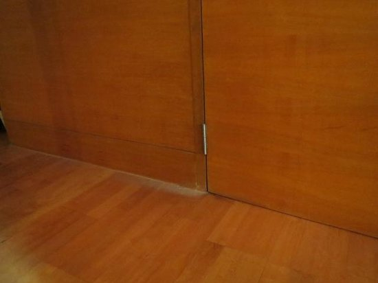 Amanta Ratchada Serviced Apartment Bangkok Hotel: DUST ON FLOOR