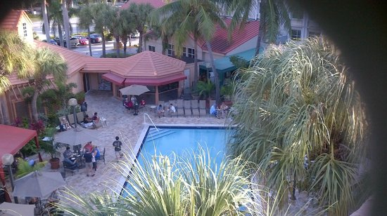 Quality Inn & Suites Airport / Cruise Port South: Pool area showing guest tables and bar (upper edge of picture)