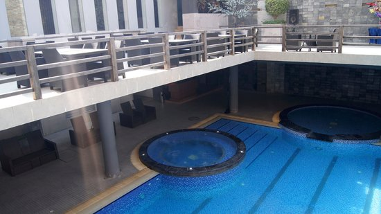 Long Beach Hotel: View of the jacuzzi from the Sunset Cafe