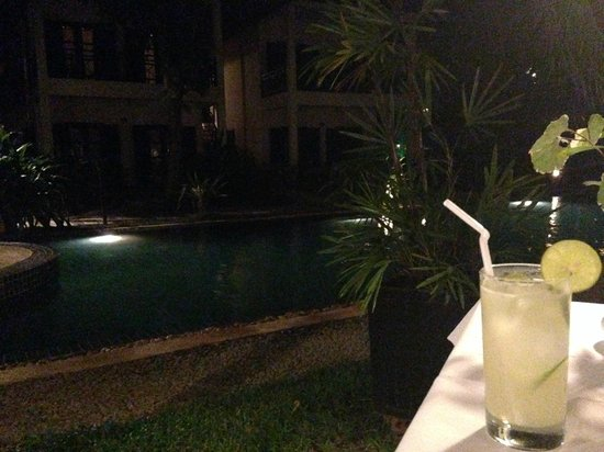 La Maison d'Angkor: dinning beside pool