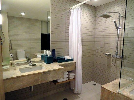 Holiday Inn Pattaya : 洗面化粧台、シャワールーム