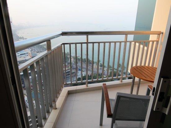 Holiday Inn Pattaya : バルコニーはやや小さい