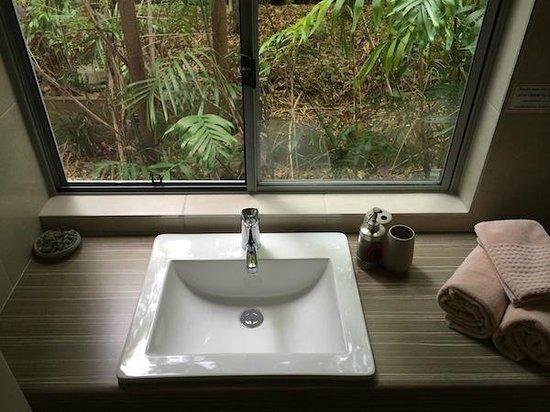 Flashpackers Noosa: Bathroom Window