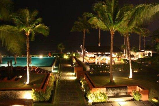 Hansar Samui Resort : The grounds at night