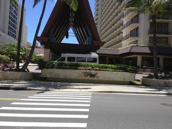 Outrigger Reef Waikiki Beach Resort: outside the grounds
