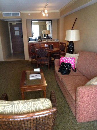 Outrigger Reef Waikiki Beach Resort: dining table fridge couch