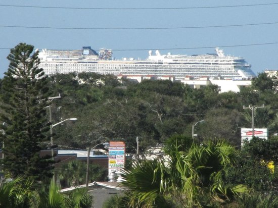La Quinta Inn & Suites Cocoa Beach Oceanfront : Cruise ships in port Canaveral (Telephoto lens) as viewed from hotel room