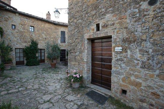 Agriturismo Cretaiole di Luciano Moricciani: Entrance to La Cantina