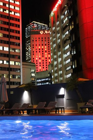 Four Seasons Hotel Sydney: outdoor heated swimming pool view