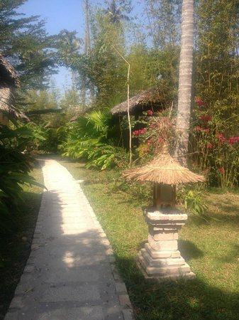 Mai House Resort: Path to the beach