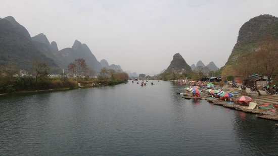 Yangshuo Tea Cozy: The river not far from the hotel, jump on a bamboo raft!