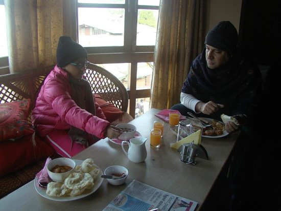 Hotel and Restaurant Shangri-la: Me and my daughter at the Breakfast table