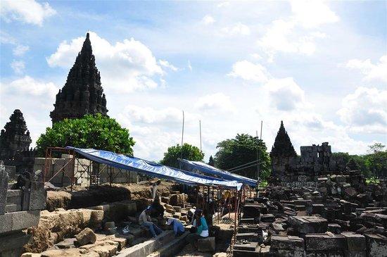 Temple de Prambanan : restoring parts of the Prambanan Temples