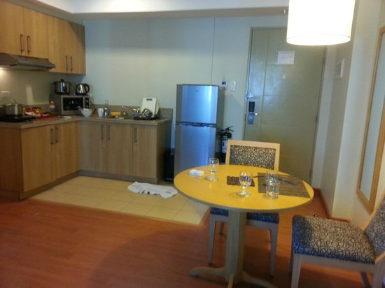 One Pacific Place Serviced Residences: Kitchen and Dining area