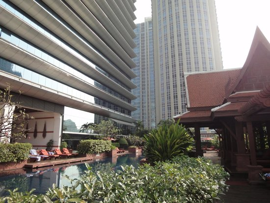 Plaza Athénée Bangkok, A Royal Méridien Hotel : A view of the swimming pool