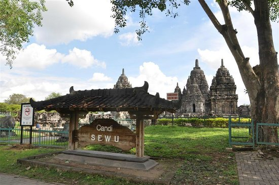 Candi Sewu (Sewu-Tempel): Like a big Jig-saw puzzle being piece together!
