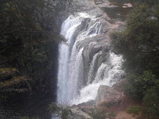 Rainbow Falls Walk: falls 2