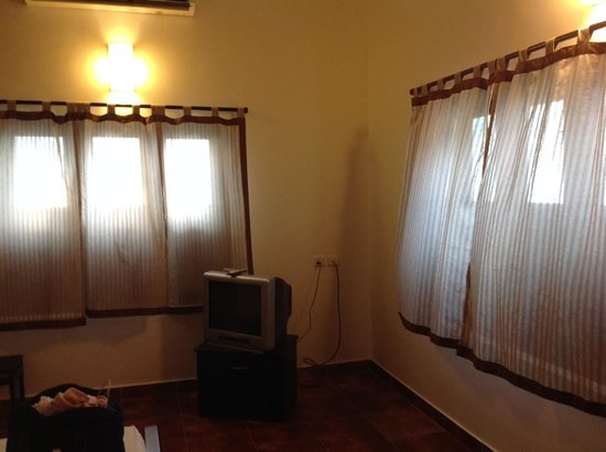 Pampa Villa: Bedroom; old tv/ aircon