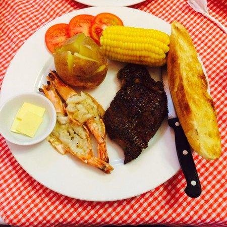 Texas BarBQ & Steaks Restaurant: Стейк с креветками.