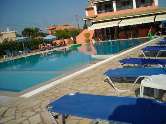 Hotel Bruskos: pool area and snack bar