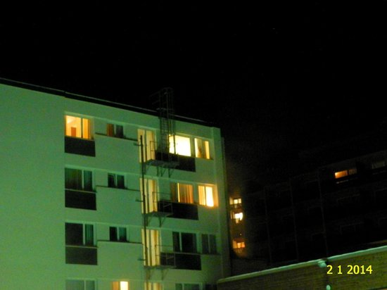 Hotel Le Bristol: NIGHT VIEW OF HOTEL MERCURE BRISTOL LEUKERBAD.