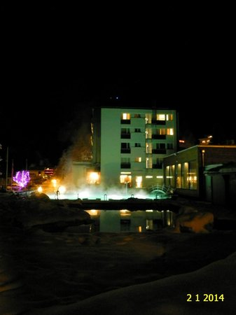 Hotel Le Bristol: NIGHT VIEW OF HOTEL MERCURE BRISTOL LEUKERBAD.