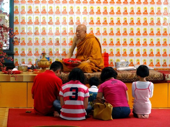 Wat Meh Liew Buddhist Temple: A monk was there and a family was praying