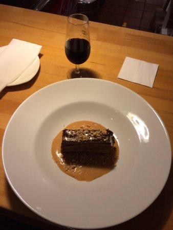 DeÓ: Torta di cioccolato su fonduta di caramello