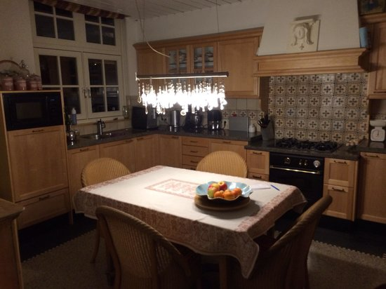 Het Sonnehuys : The lovely kitchen- at 5.30 am! -