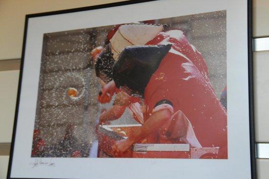 Crystal Palace Hotel: Фото апельсиновых боёв, проходящих весной в этой местности, украшают стены отеля.