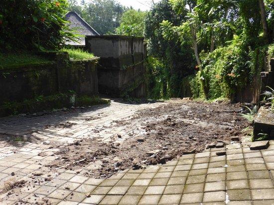 The Payogan Villa Resort & Spa: thick mud from renovations