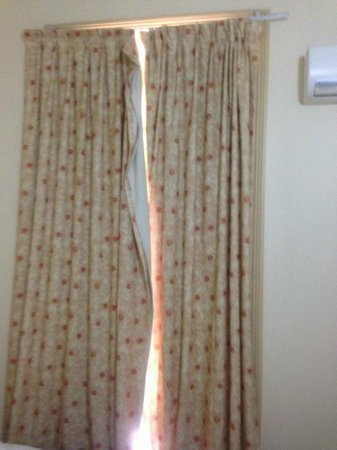 Randwick Lodge: CURTAINS HANGING OFF RAILS