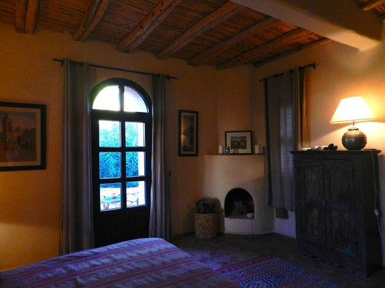 Le Jardin des Douars: Comfy bedroom with fireplace