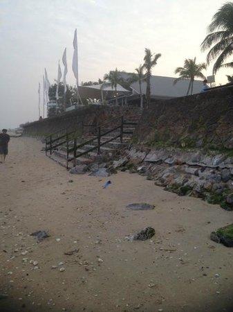 Novotel Hua Hin Cha Am Beach Resort and Spa: BEACH AT LOW TIDE.